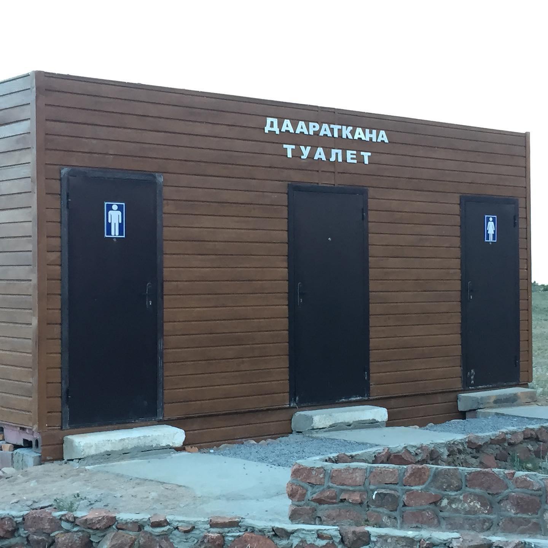 Вокруг озера Иссык-Куль поставили туалеты. Ранее их использовали на Играх кочевников (фото)