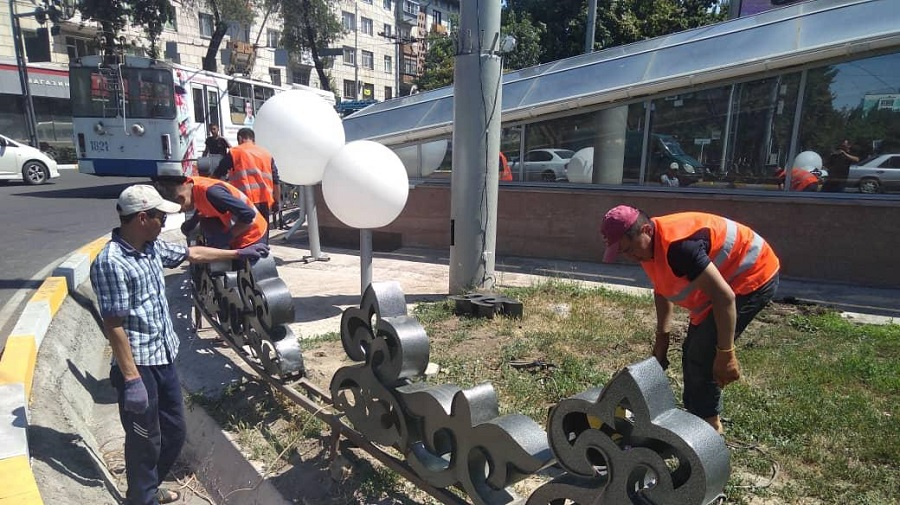 Сломанную из-за автонаезда инсталляцию починили в Бишкеке