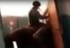 Мужчина на коне с тушей козла в руках взобрался на третий этаж многоквартирного дома
