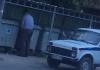 Милиционер, помочившийся у мусорных баков, уволен
