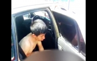 Полностью голого парня сняли на камеру таксисты в центре Джалал-Абада (видео)