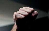 Несовершеннолетнего избили в бишкекском караоке. У него разорваны вены на руках (видео)