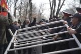 Митингующие: «Если Садыра Жапарова не выпустят, мы ворвемся!»
