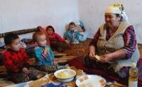 Пособие детям из малообеспеченных семей составляет 875 сомов