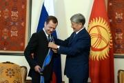 Атамбаев вручил Медведеву «Данакер» за большой вклад в развитие сотрудничества между двумя странами