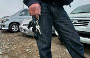 Автомойщик угнал машину клиентки и врезался в столб