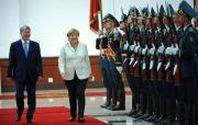 Президент Атамбаев встретил канцлера Меркель в аэропорту «Манас» букетом цветов и боорсоками