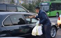 Не успеваете на ифтар? ДУМК каждый день раздает пакеты с едой тем, кто держит пост (фото)