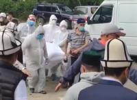 Кыргызстанцы прощаются с Чубаком ажы Жалиловым (видео)