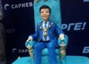 Выяснилось, кто преподнес Темиру Сариеву торт, украшенный его миниатюрной копией