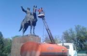 К майским праздникам в столице отмывают памятники