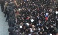 В Бишкеке в очереди за бесплатными бургерами началась давка (видео)