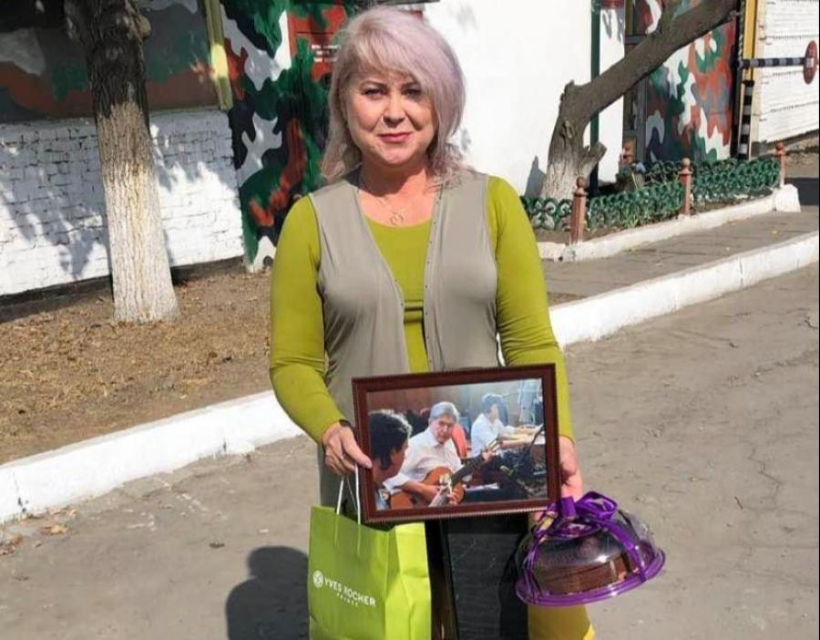 Гитара, торт и фотография. Карамушкина навестила заключенного Атамбаева перед его юбилеем